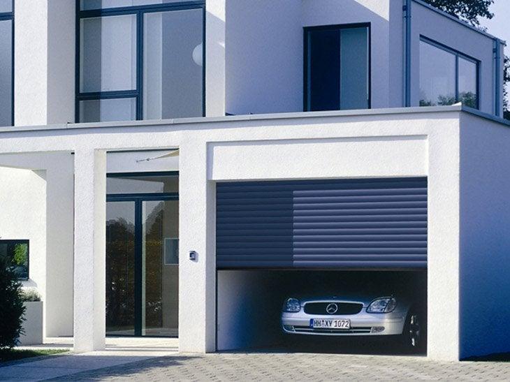Une entr e de garage avec de la pierre bleue et de la - Porte isolante entre garage et maison ...