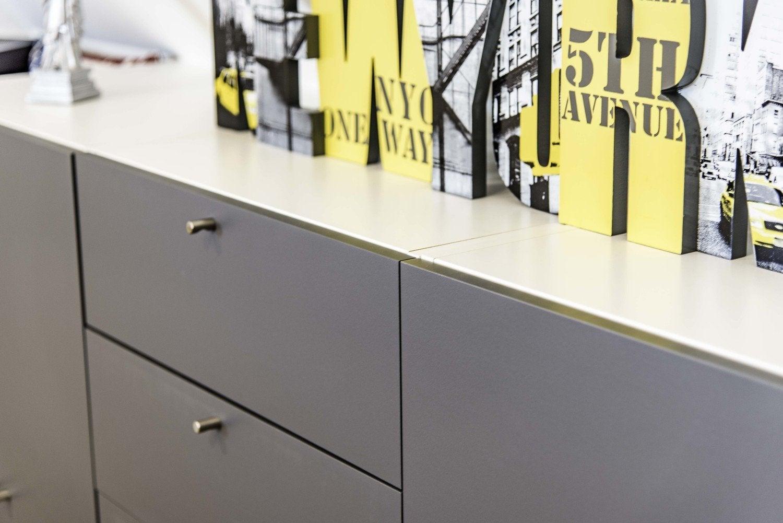Un tiroir blanc tout en longueur dans la chambre d 39 emilie camblanes leroy merlin for Range couverts tiroir rennes