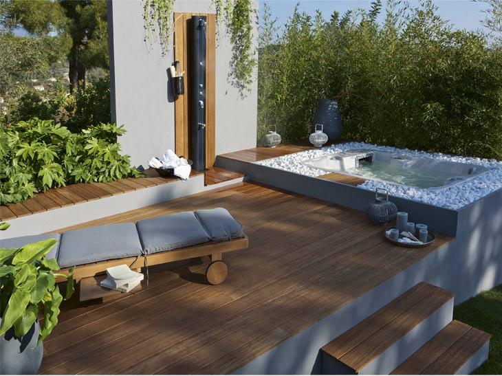 bois passe en terrasse original un bain de soleil et une terrasse en