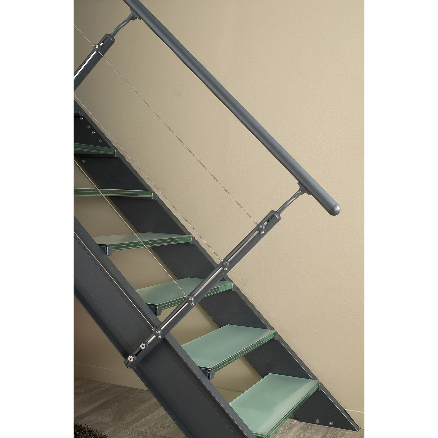escalier gris fonc finest eclairage led eclairage led duun escalier with escalier gris fonc. Black Bedroom Furniture Sets. Home Design Ideas