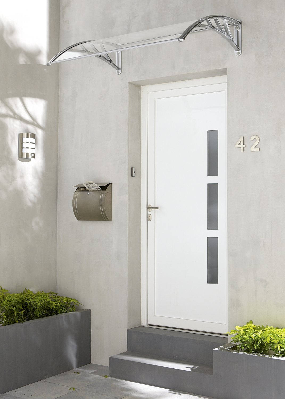 Une fa ade de maison classique avec porte d 39 entr e et for Portent une maison lacustre