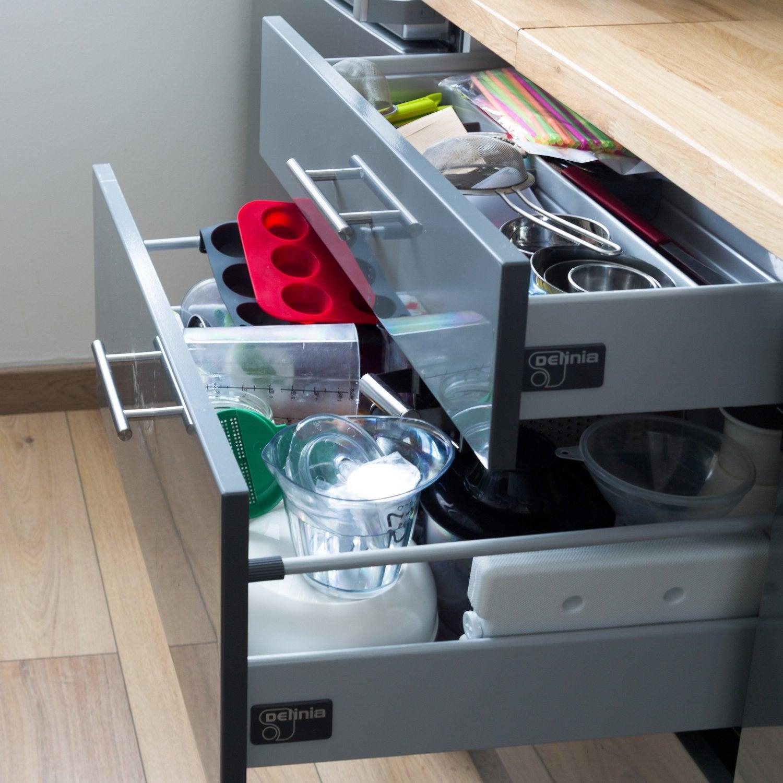 Le moindre espace est optimis avec les placards en for Ranger les placards de cuisine