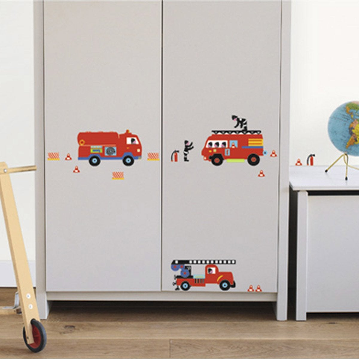 sticker camion de pompiers 24 cm x 36 cm leroy merlin. Black Bedroom Furniture Sets. Home Design Ideas