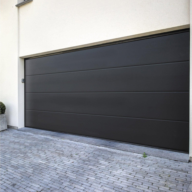 Pose d 39 une porte de garage sectionnelle motoris e de 200x300 cm par leroy - Porte de garage chez leroy merlin ...