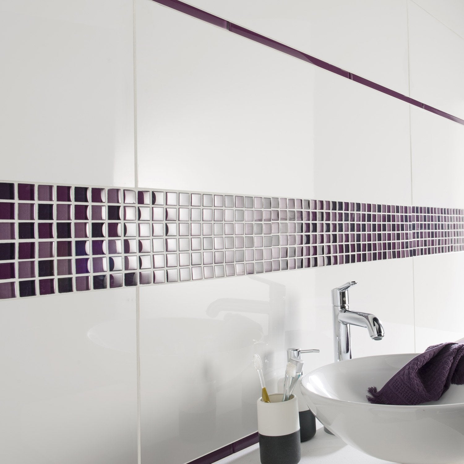 Listel colors violet tulipe l 2 x cm leroy merlin for Carrelage salle de bain vague