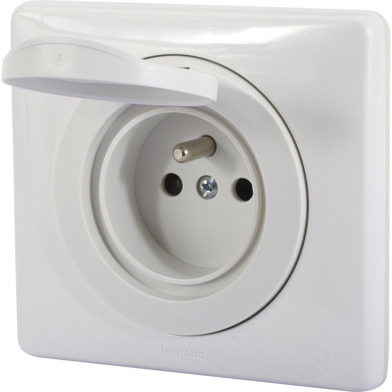 Prise avec terre tanche legrand c liane blanc leroy for Interrupteur salle de bain