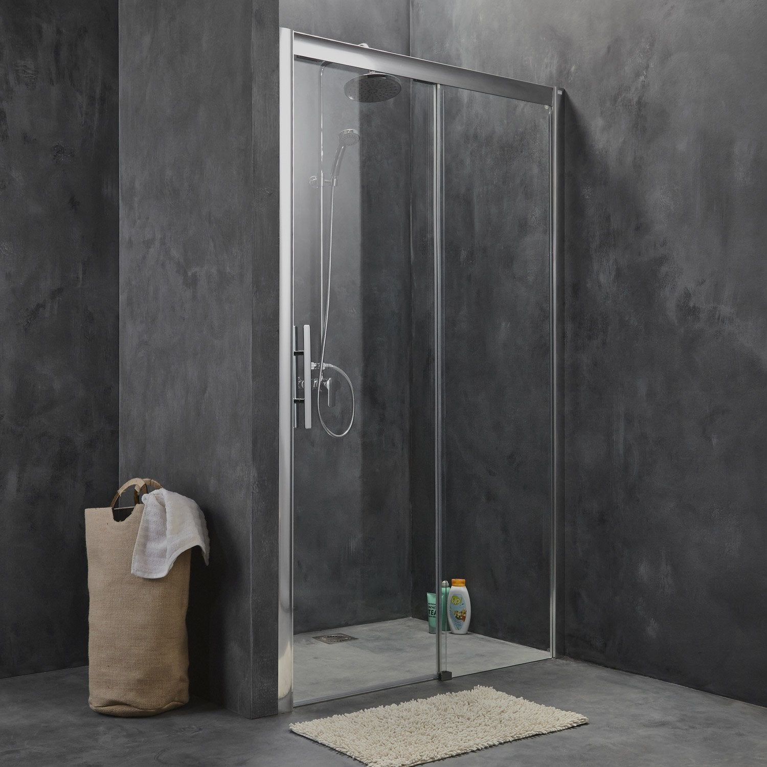 Pose d 39 une porte de douche par leroy merlin leroy merlin for Carrelage 70x70