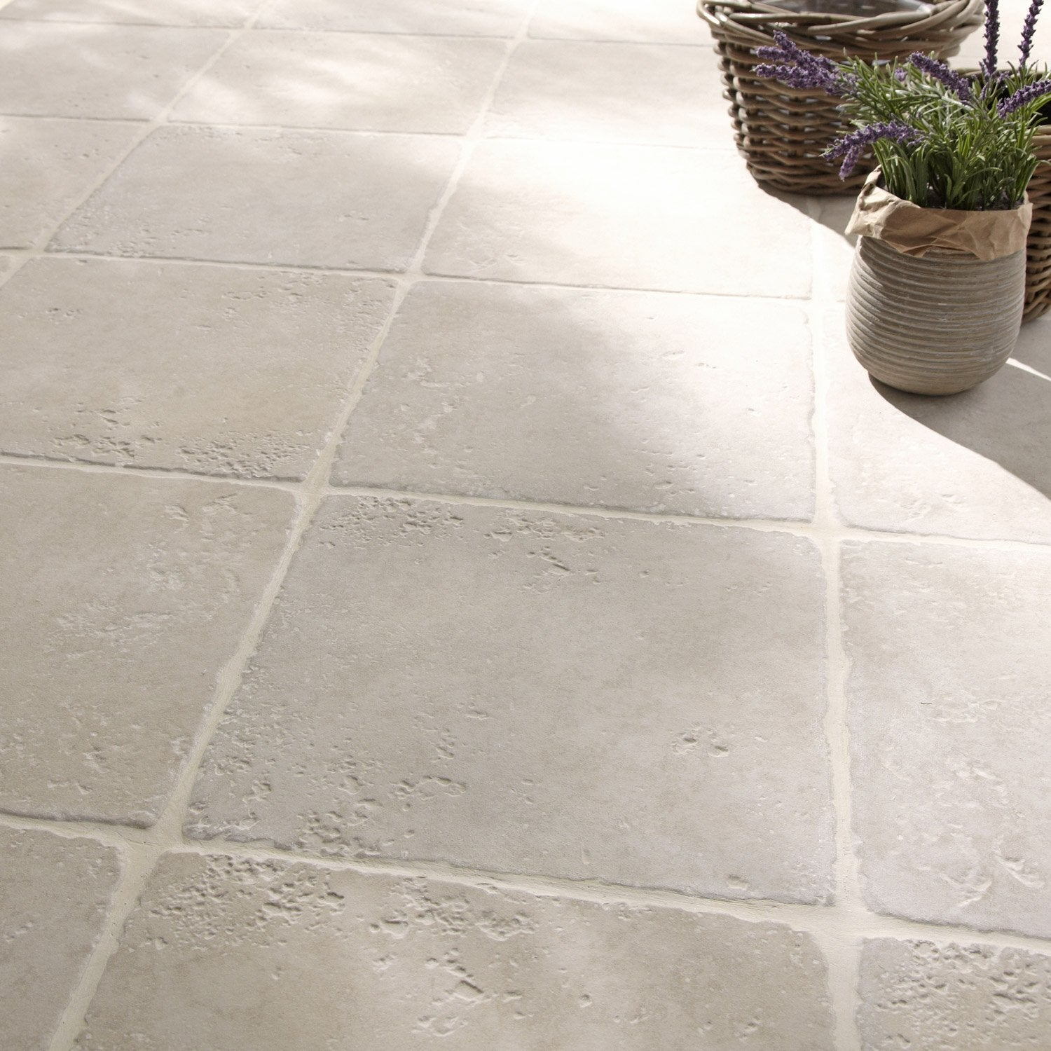 Carrelage blanc effet pierre toscane x cm for Dalles de piscine leroy merlin