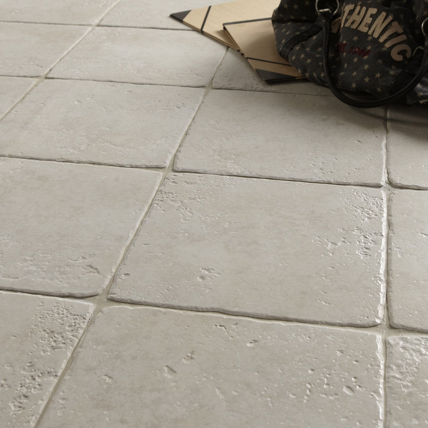 Carrelage sol et mur blanc effet pierre toscane x l for Carrelage clipsable leroy merlin