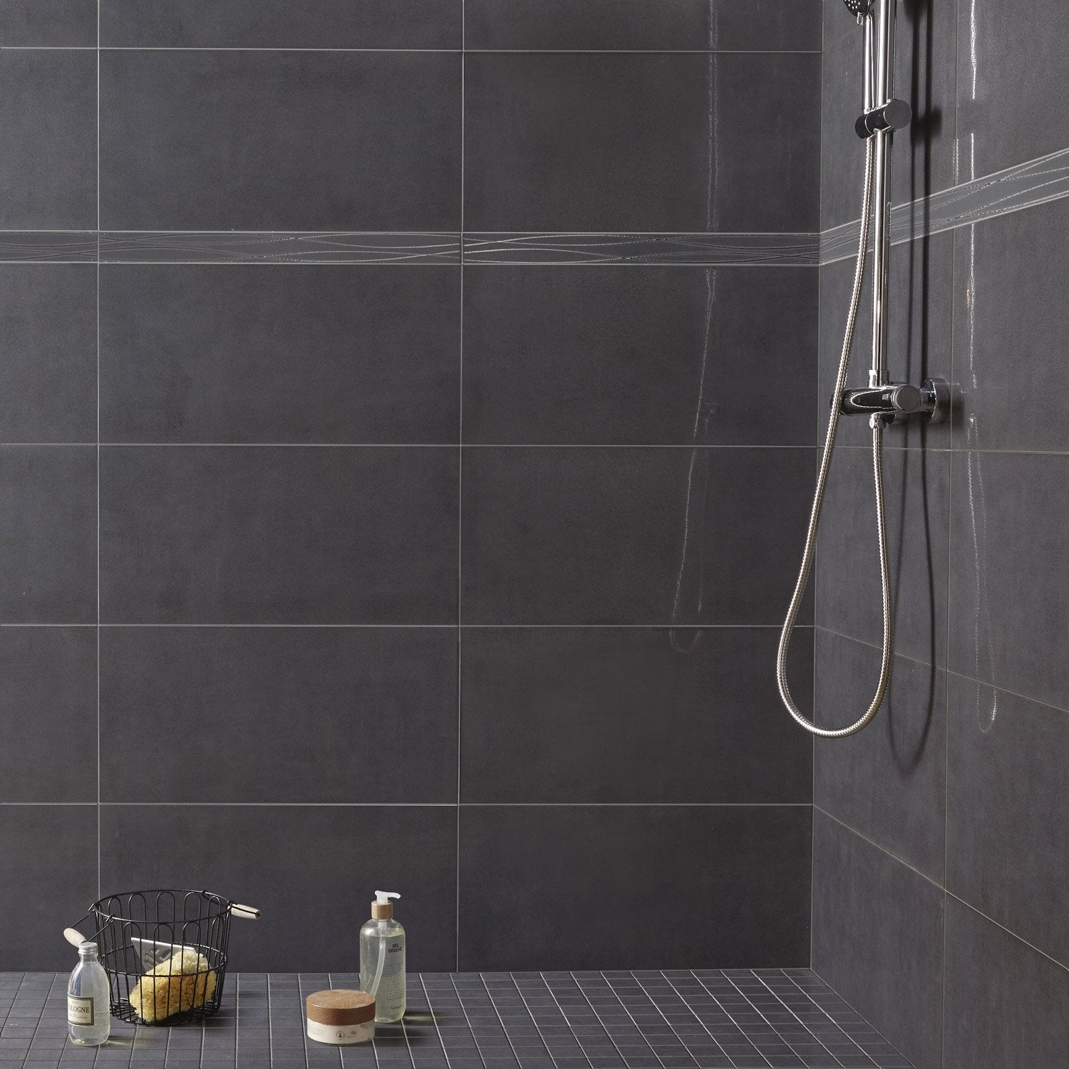 Carrelage sol et mur anthracite gloss x cm for Carreau salle de bain gris