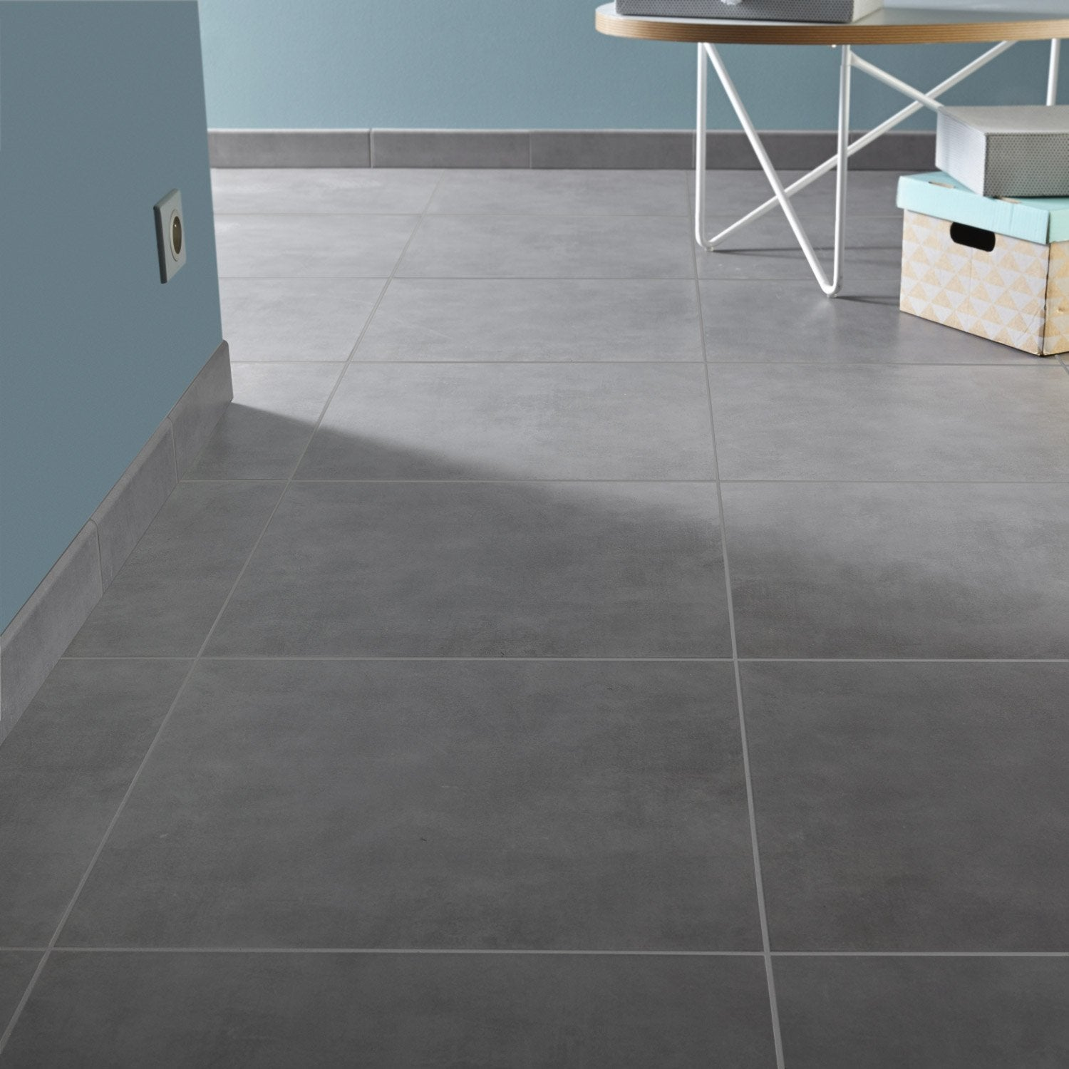 Carrelage sol et mur gris poivr effet b ton kiosque for Carrelage smart tiles leroy merlin