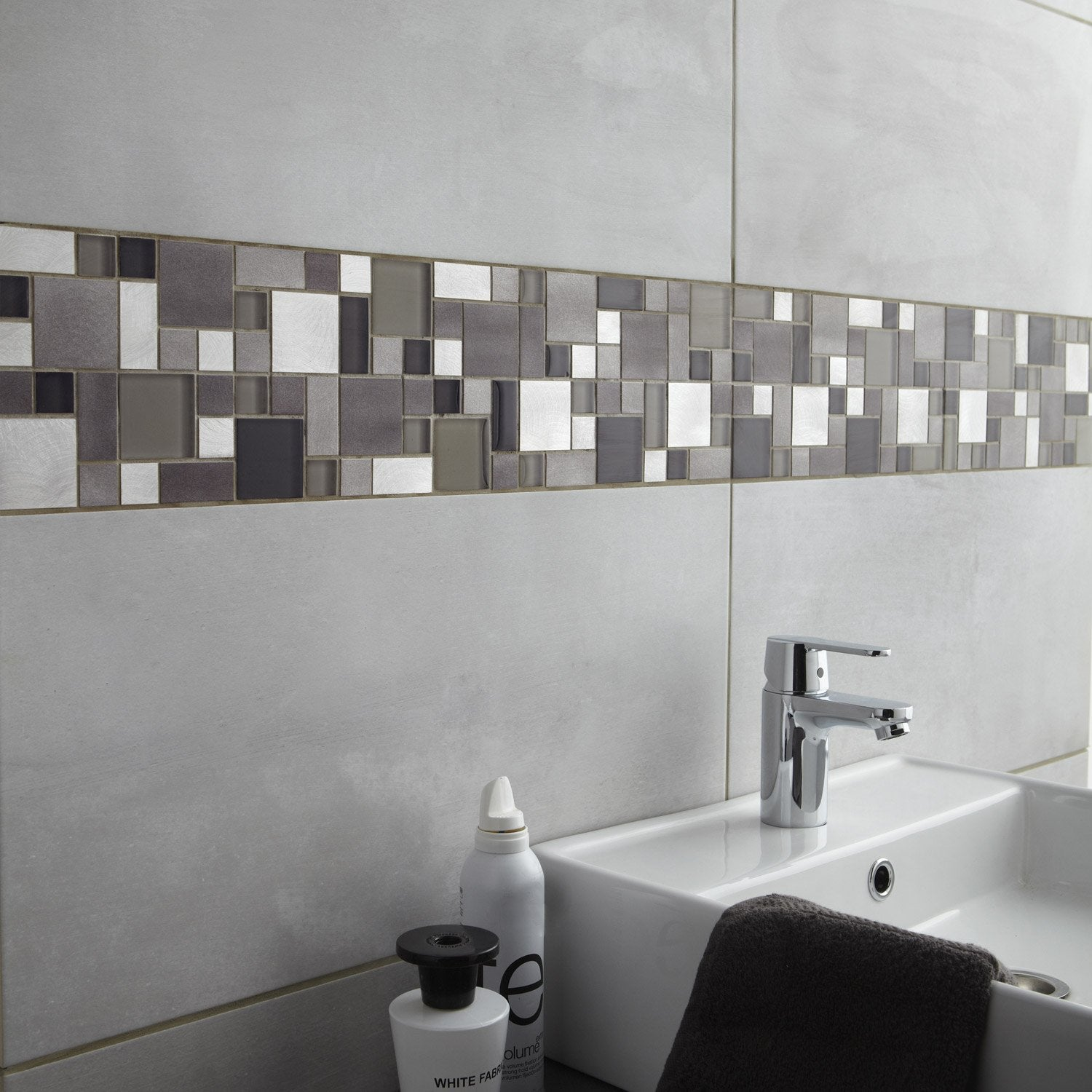 Fa ence mur gris clair denver x cm leroy merlin for Carrelage salle de bain noir brillant