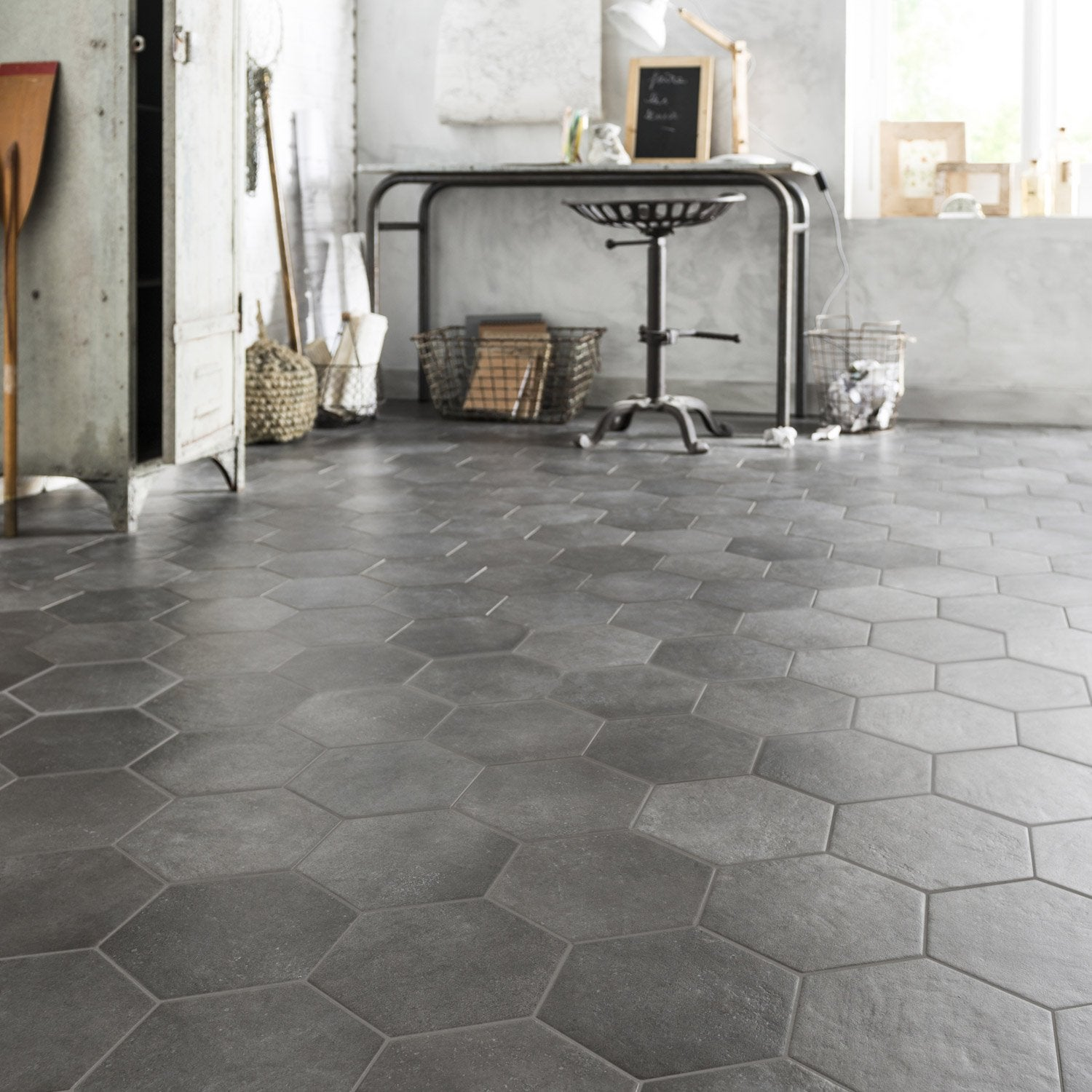 Carrelage sol et mur anthracite effet b ton time x l for Carrelage hexagonal parquet