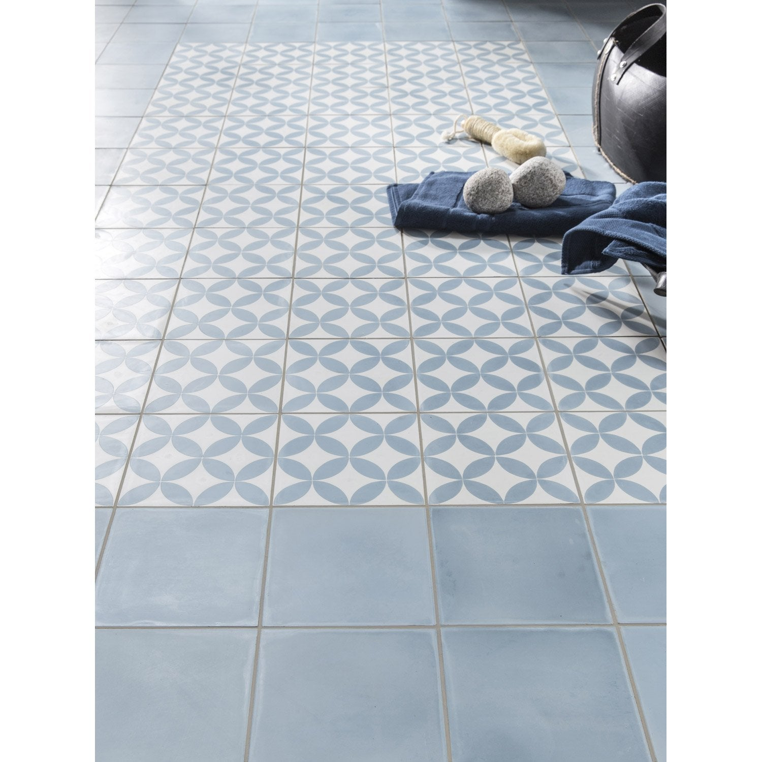 Carreau de ciment sol et mur bleu baltique x cm for Salle de bain 3m2 leroy merlin