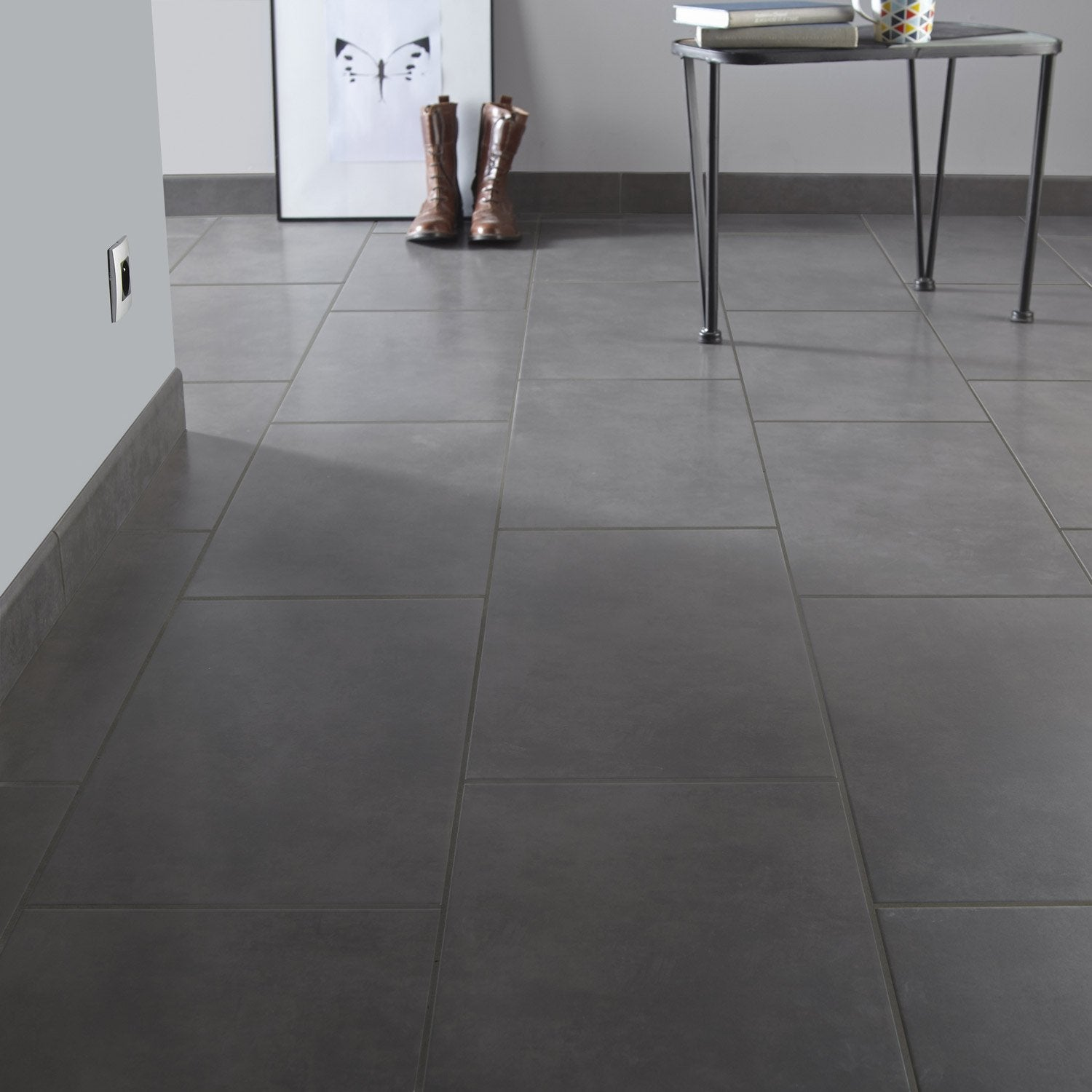 Carrelage sol et mur anthracite effet b ton blackpool for Pose plinthe carrelage angle saillant