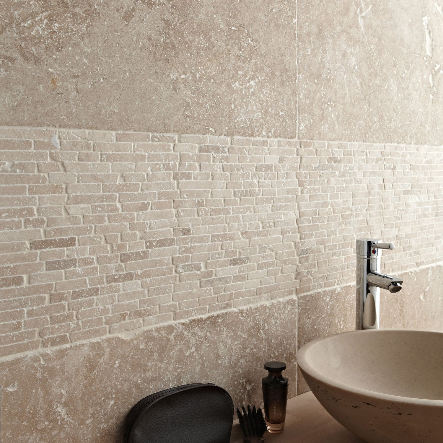 Travertin sol et mur beige effet pierre travertin x - Mur interieur en pierre leroy merlin ...